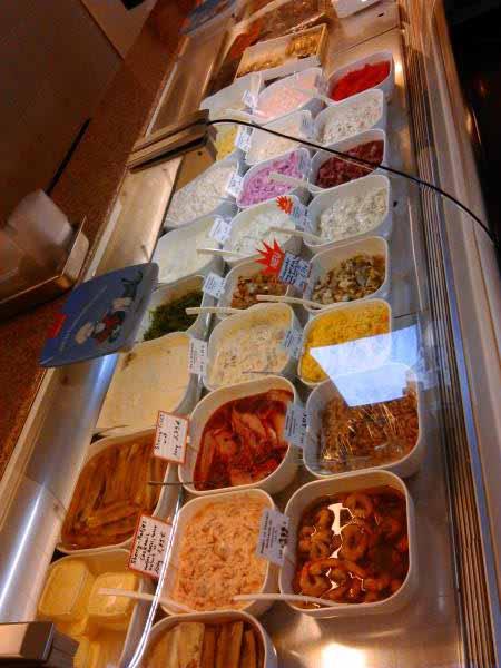 با سون به مغازه ماهی فروشی رفتیم . انواع سالاد و خوراک ماهی ، شبیه ترشی فروشی های ایرانه . ولی همشون از ماهی و میگو هستند .
