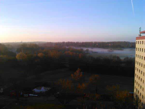 شهر مه گرفته هانوفر از پنجره خوابگاه زیر پای ماست .