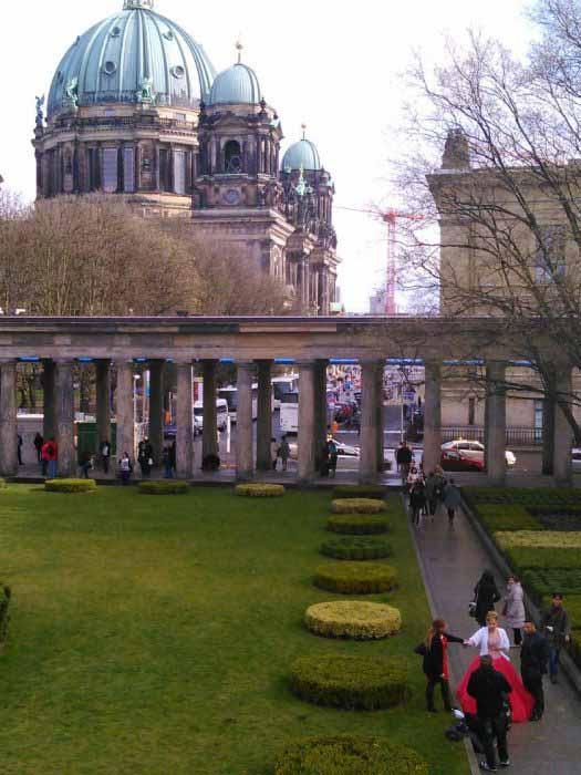 نمایی از گنبد برلین از محوطه گالری ملی آلمان