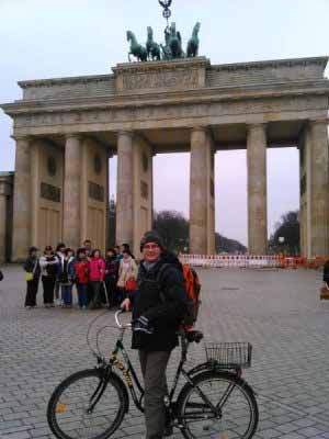 من و دوچرخه اجاره ای در دروازه پاریس