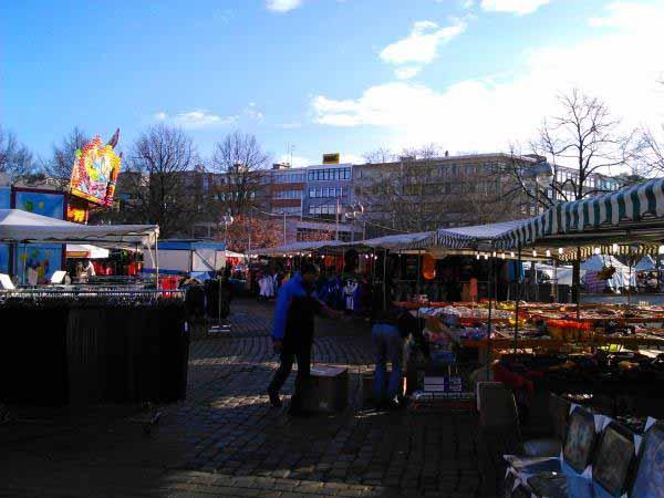 بازار هفتگی یا چیزی شبیه آن در مرکز شهر