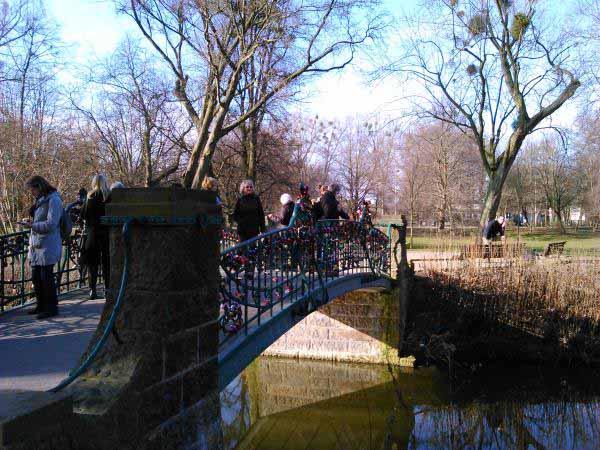 پل عشق در هانوفر . میله ها پل پر از قفل هایی است که به نشانه عشق دو جوان زده شده اند و کلیدش را داخل آب انداخته اند .
