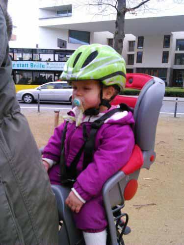 بچه در ترک دوچرخه بسیار مجهز و شیک و مجلسی