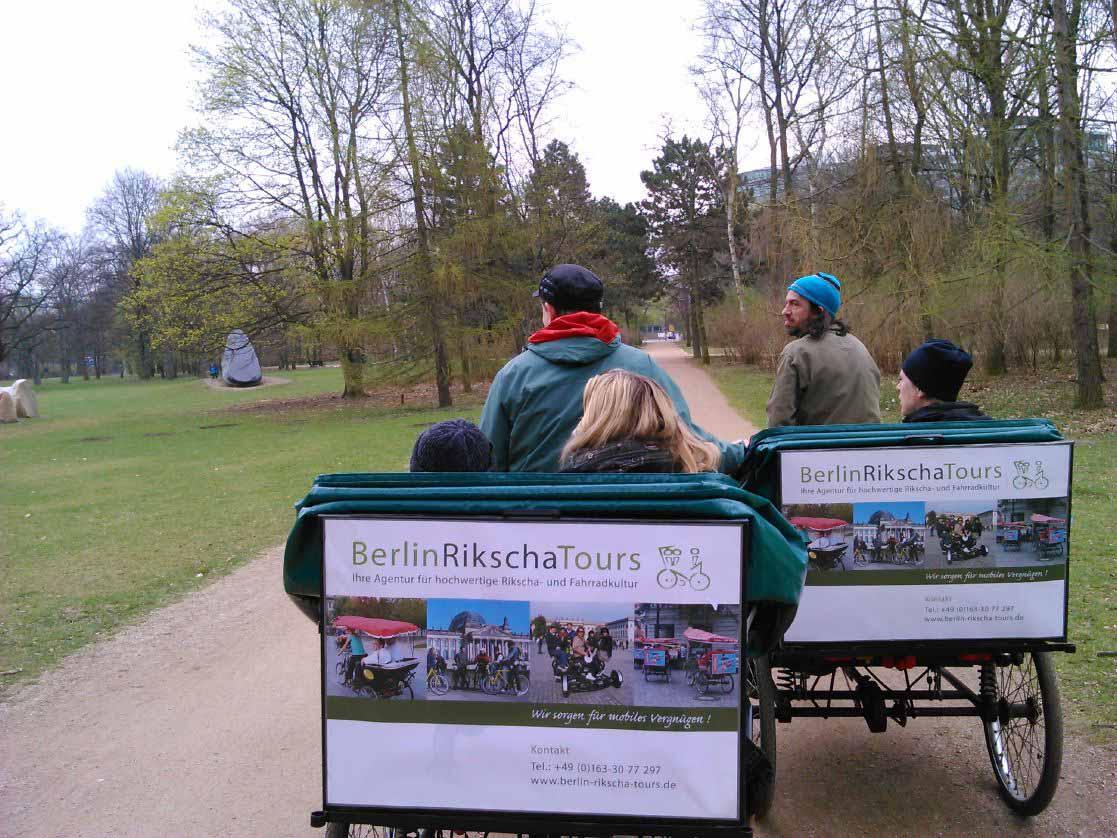 ارابه های دوچرخه ای داخل پارک