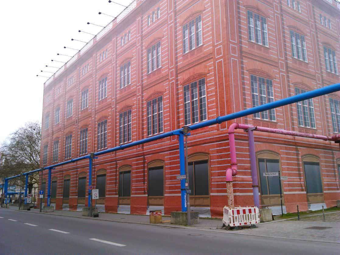 طرحی بسیار زیبا و جالب در برلین . این ساختمان نیمه کاره است و روی اون رو با تصویری از تموم شده کار به شکل بنر پوشانده اند تا نمای کلی شهر خراب نشود . این بنرها جایگزین گونی هایی است که تو ایران استفاده می کنند .