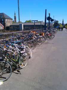 دوچرخه ها بیرون از ایستگاه مترو .