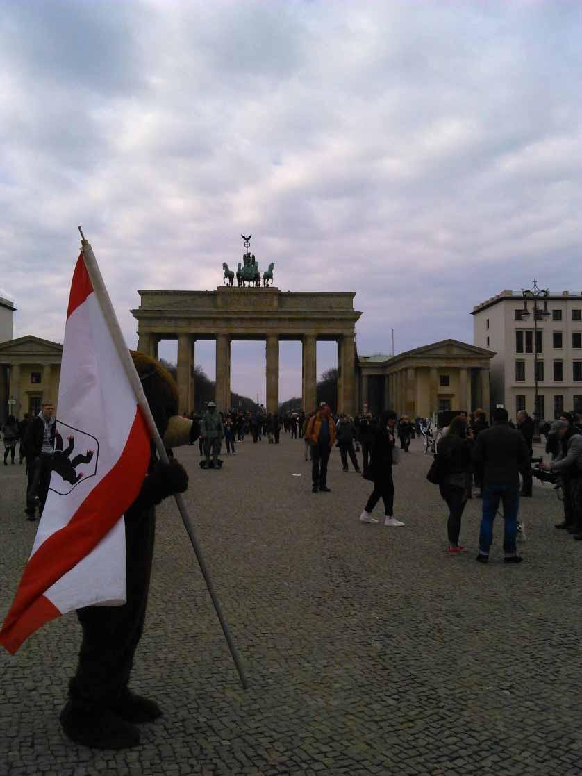 خرس نماد برلین . نفراتی با لباس خرس و پرچم برلین در دست . 2 یورو برای عکس