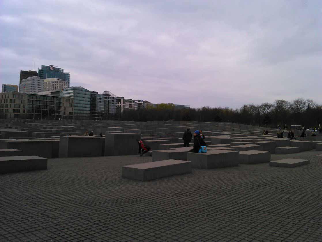 یادمان هولوکاست در برلین . مجموعه ای از بلوک های سیمانی بزرگ