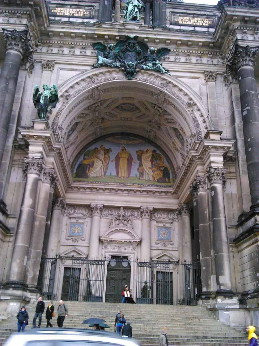ورودی ساختمان کلیسای گنبد برلین