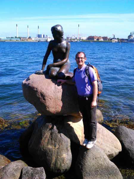من و پری دریایی هانس کریستین آندرسن در کنار دریای کپنهاگ