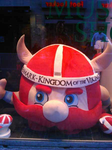 نماد وایکینگی خیلی بزرگ در ویترین مغازه