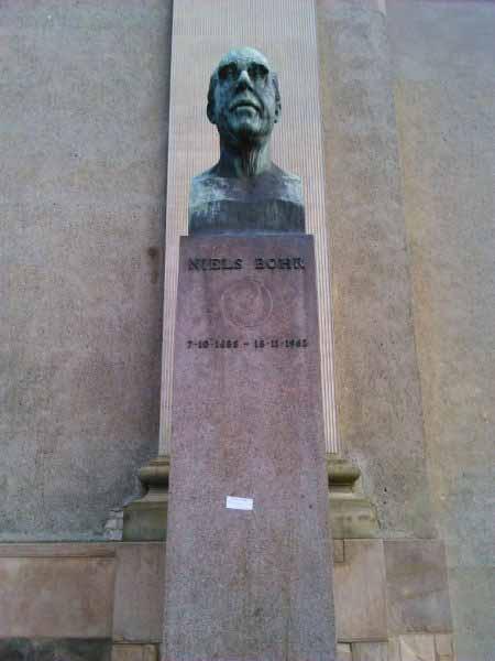 مجلسمه بور جلوی دانشگاه کپنهاگ