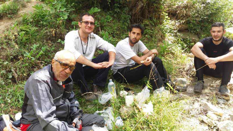 بساط استراحت و ماست و دوغ ما در حاشیه رودخانه سنج
