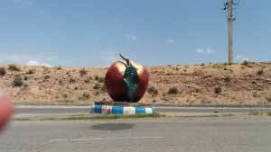 ورودی شهر زنوز با سیبی که نماد این شهر است .