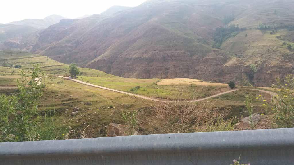 مسیر پر پیچ و خمی که به دارانداش منتهی می شود . جاده بعد از دورایی کوه کهر - دارانداش خاکی است .