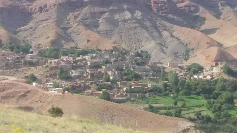 نمای پلکانی روستا که از دور دیده می شود .