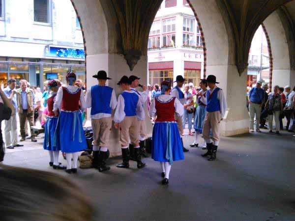گروه رقص سنتی - نمایش زیبایی داشتند .