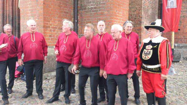 گروه موسیقی پیرمردها ، یکی از ده ها گروه موسیقی که در شهر در حال اجرای برنامه بودند .