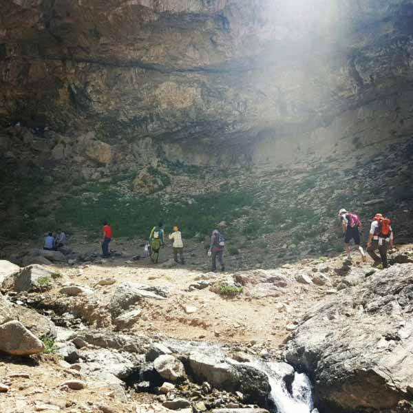 لبه صخره های بلند کنار آبشار حالت تورفتگی دارند که هم سایه است و هم با مهی که از آبشار به هوا پاشیده می شود نمناک و خنکی می شود . مناسب برای رفع خستگی