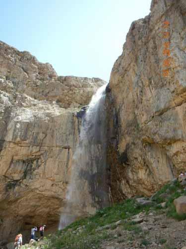 ارتفاع آبشار زیاد است و آب با سرعت به سنگ ها کوبیده می شود .