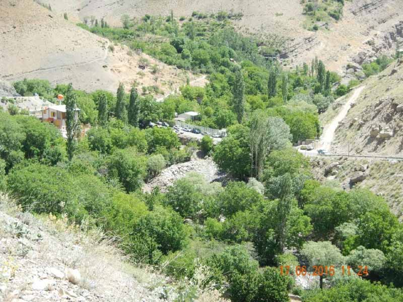 دورنمایی از دره پیش رو . روستای سیجان از دور دیده می شود .