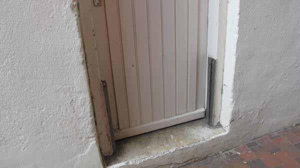 به شیار کنار در توجه کنید . برای جلوگیری از ورود آب در زمان مد آب ، دری در این شیار قرار می گیرد .