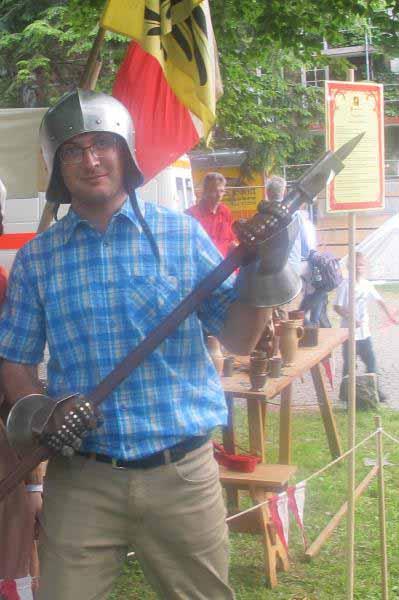 من با کلاه خود و شمشیر شوالیه
