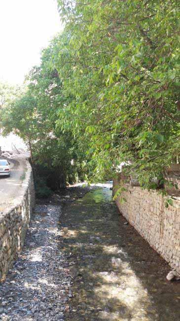 رودخانه سرکش هزار بند در روستای ورده در کانالی به دام افتاده است.