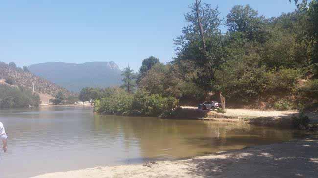 این هم از دریاچه . دور دریاچه پر خاک کوبیده است و گرد و خاک