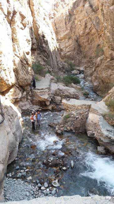 دره باریکی که رود در آن جریان دارد.