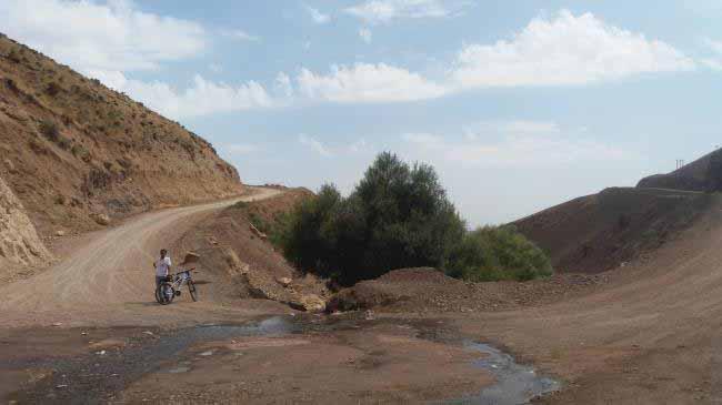 چشمه بین راه و جوی آب جاری در دره