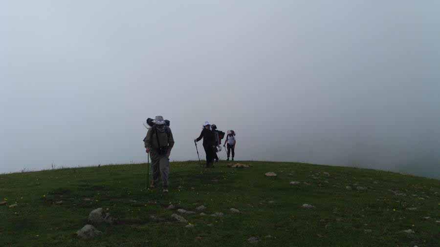 همه جا را مه فرا گرفت . چیزی از اطرافمان نمی دیدیم .