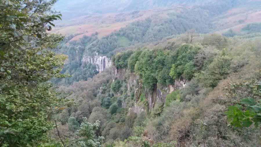اولین نمایی که از آبشار دیدیم . زیبا و باشکوه