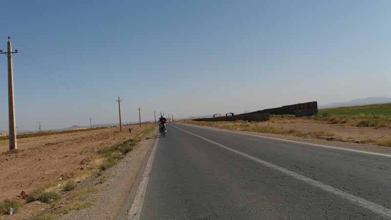 با رکاب زدن هیچ چیزی از مناظر این جاده عوض نمی شد . درست مثل رکابزنی روی دوچرخه ثابت بود .