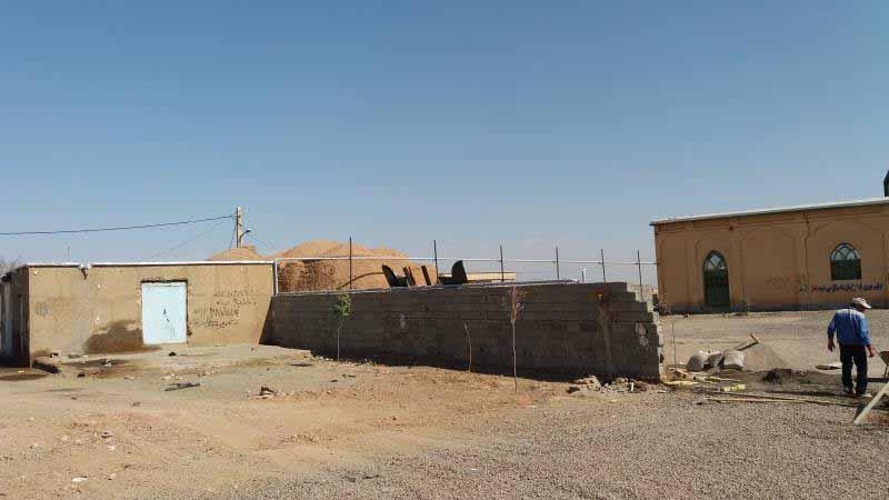 در فاصله خیلی نزدیک به کرج ، خانه ها به سبک کویر گنبدی ساخته شده اند . روستا های این منطقه رونق ندارند و به نظر می رسد خالی از سکنه اند و یا قسمت قابل توجه خانه ها اینچنین اند.