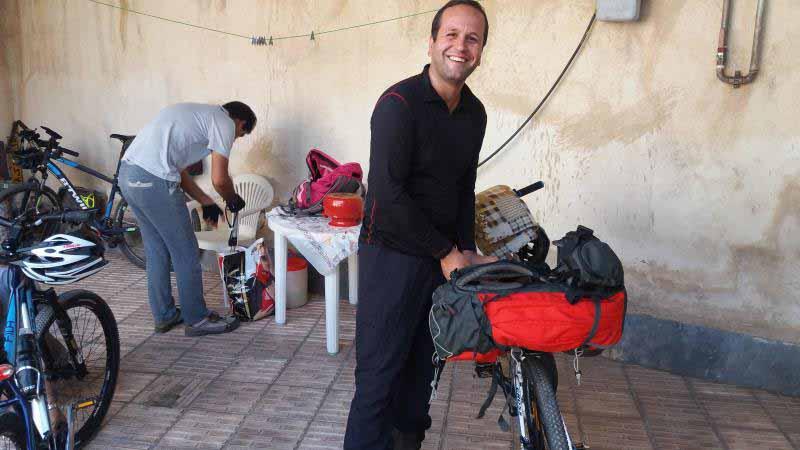 در حال آماده سازی دوچرخه ها و بستن کوله بار