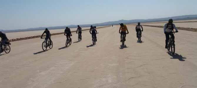 رکابزنی در پهنه نمکی دریاچه حوض سلطان