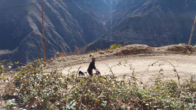 شیب ابتدای مسیر تند بود و قسمتی از آن خاکی .