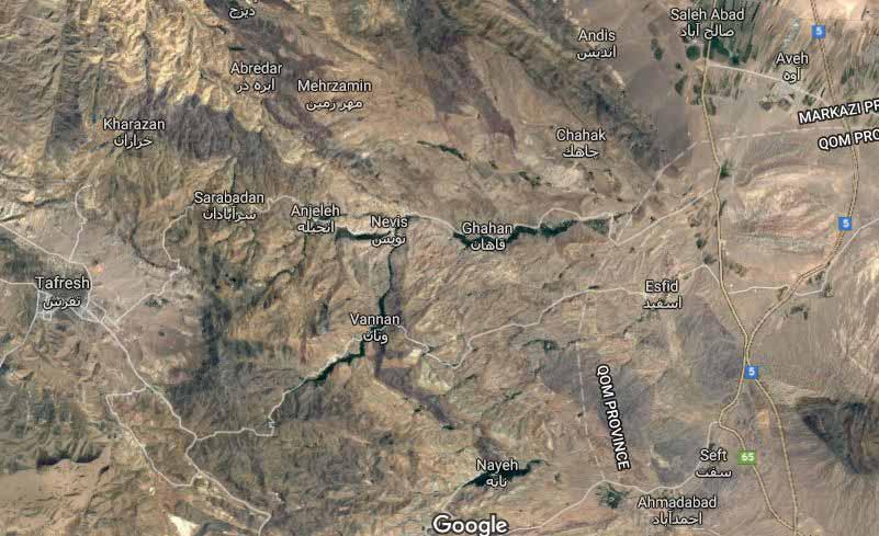 تصویر ماهواره ای از قاهان و نویس - نوار سبز رنگ مسیر در میان زمینه خاکی رنگ بخوبی مشخص است .