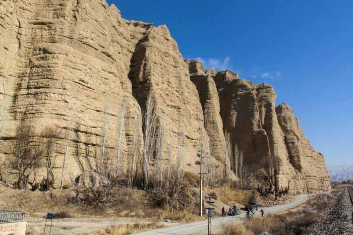 کوه هایی که شبیه دیوارهای کاهگلی بزرگ اند .