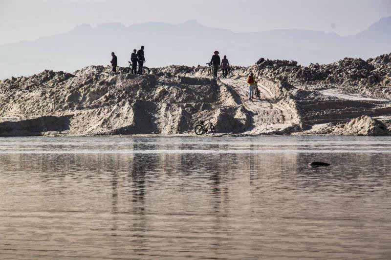 پشته های نمکی معدن از نمای داخل دریاچه عکس از آقای شمعدانی