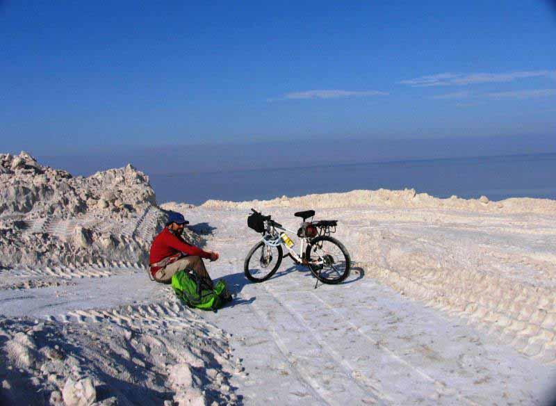 پشته های نمکی معدن - این نمک ها را در تابستان تلنبار می کنند .
