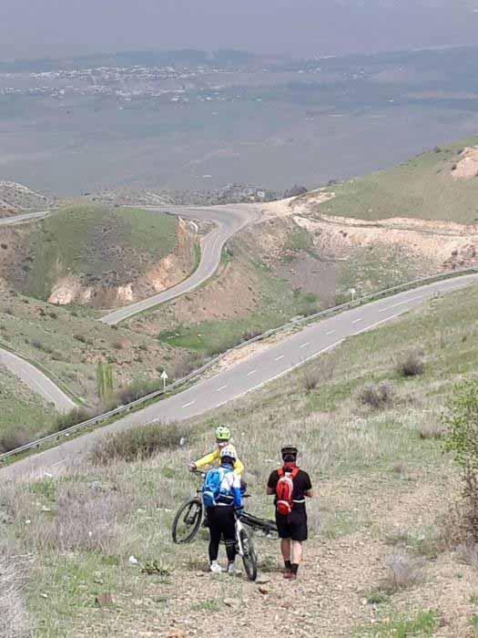 مسیر پر پیچ و خم و زیبایی که از ارتفاعات زنجان به دره طارم کشیده شده است.